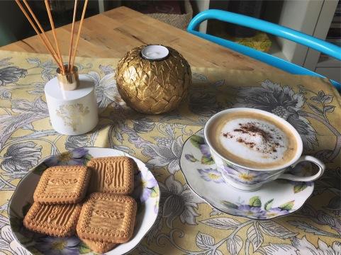 Hoy es viernes y queremos comenzarlo con un desayuno en el que los motivos florales nos van a acompañar en nuestro desayuno. Todo un estampado clásico que no puede faltar en cada Primavera. Un montaje completo de Zara Home. ¡Buenos días!.
