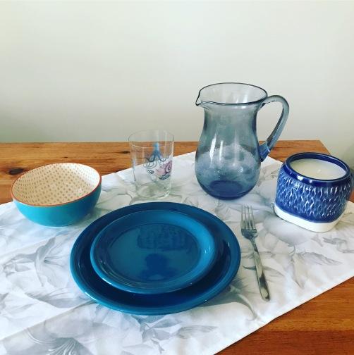 Hoy la cosa va de azules y también apostamos por este color para preparar nuestro almuerzo. Una selección de Zara Home muy fresca y primaveral con ligeros anticipos veraniegos. Una ocasión perfecta para disfrutar de un merecido descanso. ¡Buen Provecho!.