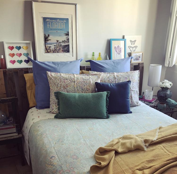 Un dormitorio muy cromático