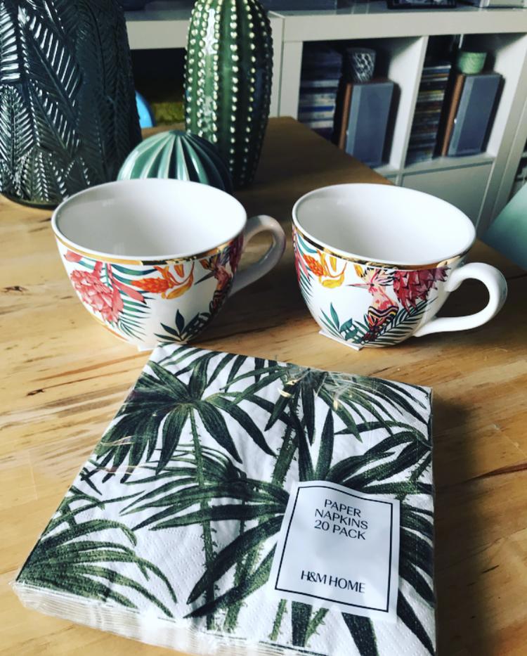 Set Tazas Tropicales con Filo Dorado y Servilletas de H&M Home