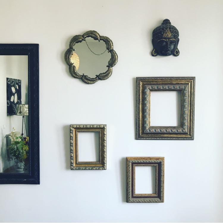 Collage de marcos en el salón