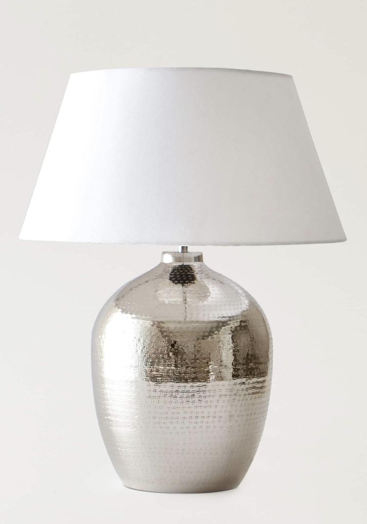 Lámpara de mesa con base metálica y acabado martillado de Zara Home